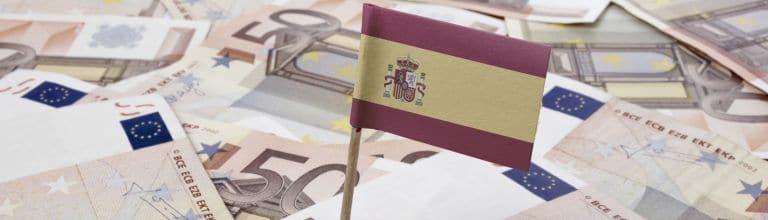 Spanische Flagge vor Euro-Scheinen