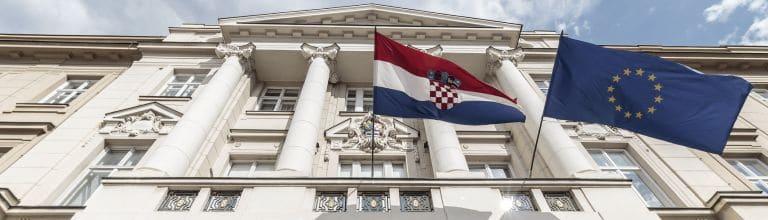 Die kroatische und europäische Flagge vor dem kroatischen Parlament