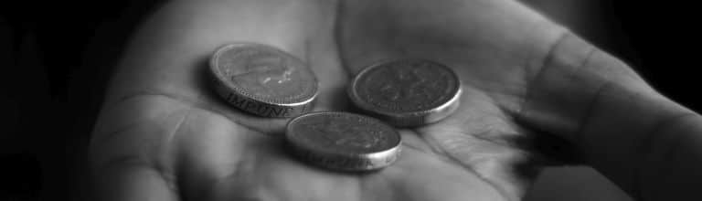 Münzen auf einer Handfläche